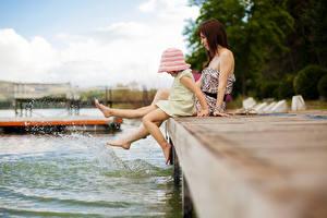Hintergrundbilder See Schiffsanleger Kleine Mädchen Bein Sitzend Mädchens Kinder