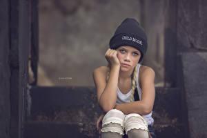 Bilder Kleine Mädchen Blick Mütze Sitzend Kinder
