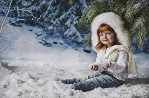 Fotos Winter Kleine Mädchen Rotschopf Schnee Sitzend Mütze Kinder