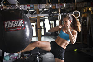 Fonds d'écran Boxe anglaise martial arts kick bag to hit sportives Filles