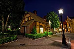 Hintergrundbilder Vereinigte Staaten Disneyland Park Gebäude Kalifornien Anaheim Design HDRI Nacht Straßenlaterne Strauch Städte