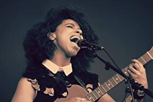 Sfondi desktop Chitarra Microfono giovane donna