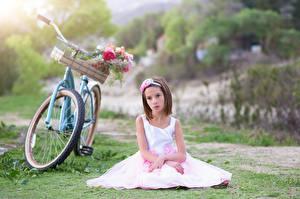 Bilder Kleine Mädchen Sitzend Kleid Fahrrad Kinder