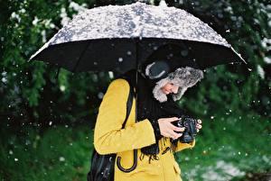 Hintergrundbilder Regenschirm Schnee Mütze Fotoapparat Fotograf junge frau
