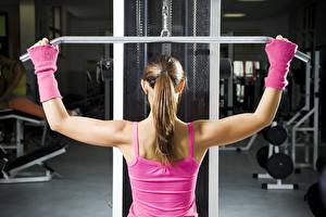 Fotos Fitness Rücken Unterhemd Hand Braune Haare Trainieren Sport Mädchens