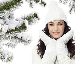 Fonds d'écran Hiver Cheveux noirs Fille Neige Chapeau d'hiver Visage Filles