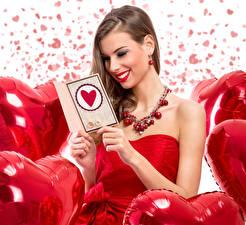Fotos Schmuck Valentinstag Halsketten Braune Haare Lächeln Herz junge frau