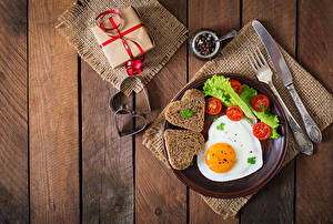 Bureaubladachtergronden Tomaten Brood Valentijnsdag Het mes Bord maaltijd Spiegelei Hartje Cadeau Vork Voedsel