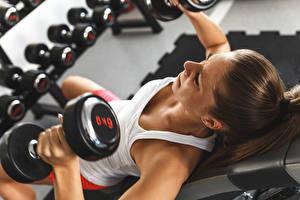 Hintergrundbilder Fitness Hantel Unterhemd Braunhaarige Körperliche Aktivität junge Frauen