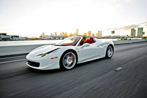 Bilder Ferrari Weiß Cabrio Fahren 458 Italia Spider automobil