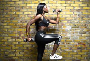 Fotos Fitness Hantel Aus backsteinen Wände Neger sportliches Mädchens