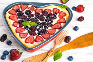 Bilder Backware Obstkuchen Beere Erdbeeren Heidelbeeren Herz Lebensmittel