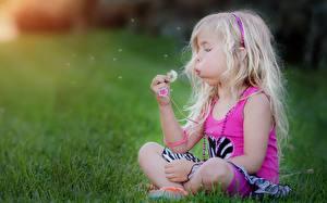 Bilder Blondine Sitzend Gras Kinder