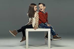 Bilder Kleine Mädchen Junge 2 Lächeln Boots Sweatshirt Braunhaarige Sitzend Kinder