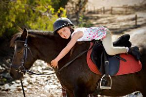 Bilder Pferde Kleine Mädchen Helm Lächeln Kinder Tiere