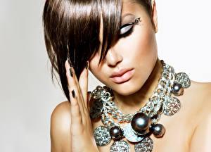 Fotos Schmuck Halskette Braune Haare Schminke Gesicht Mädchens