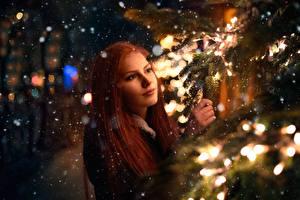 Fotos Rotschopf Ast Schneeflocken Lichterkette Nacht Mädchens