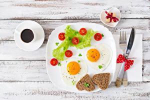Bureaubladachtergronden Tomaten Brood Koffie Bord maaltijd Spiegelei Hartje Een kopje Cadeau spijs