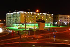 Hintergrundbilder Belarus Gebäude Denkmal Panzer Stadtstraße Nacht Straßenlaterne Grodno Städte
