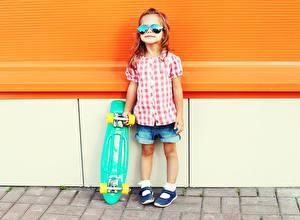 Fotos Skateboard Kleine Mädchen Brille Shorts kind