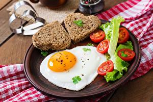 Bureaubladachtergronden Brood Tomaten Spiegelei Hartje Bord maaltijd spijs