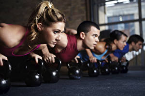 Bilder Fitness Hantel Liegestütz Trainieren sportliches Mädchens