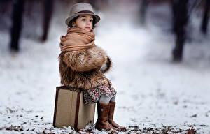 Bilder Winter Kleine Mädchen Sitzend Der Hut Koffer Kinder