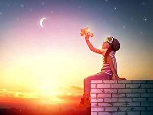 Fotos Flugzeuge Himmel Morgendämmerung und Sonnenuntergang Kleine Mädchen Helm kind