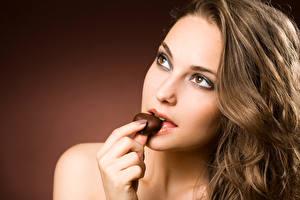 Fonds d'écran Chocolat Aux cheveux bruns Visage Voir jeune femme