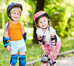Hintergrundbilder Junge Kleine Mädchen Zwei Helm Unterhemd Lächeln Kinder