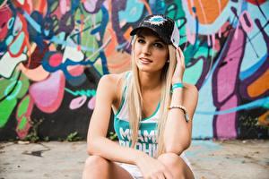 Fotos Baseballcap Blond Mädchen Sitzend Mädchens