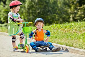 Bilder Junge Kleine Mädchen Zwei Helm Unterhemd Kinder