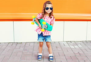 Bilder Kleine Mädchen Bein Shorts Brille Kinder