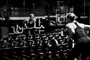 Hintergrundbilder Fitness Spiegel Hantel Spiegelung Spiegelbild sportliches Mädchens