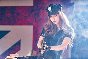 Fotos Asiaten Sturmgewehr Braunhaarige Der Hut Rauch Mädchens Heer
