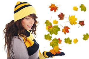 Fonds d'écran Automne Chapeau d'hiver Feuillage Acer Aux cheveux bruns Fond blanc jeune femme