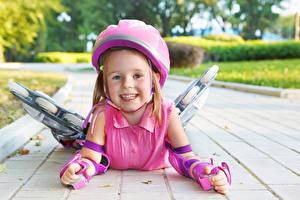 Bilder Kleine Mädchen Helm Lächeln kind
