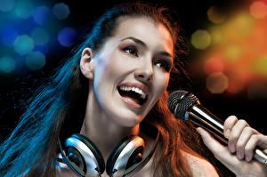 Sfondi desktop Auricolari Faccia Microfono Sorriso Musica Ragazze