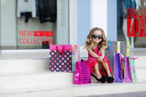 Hintergrundbilder Kleine Mädchen Brille Dunkelbraun Geschenke Stöckelschuh Sitzend Kinder
