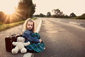 Hintergrundbilder Straße Teddybär Kleine Mädchen Sitzend Koffer Asphalt Kinder