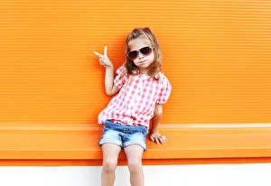 Hintergrundbilder Kleine Mädchen Brille Braune Haare Shorts Kinder