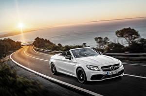 Fotos Wege Mercedes-Benz Sonnenaufgänge und Sonnenuntergänge Weiß Cabrio Geschwindigkeit AMG C-Class Cabriolet A205 Autos