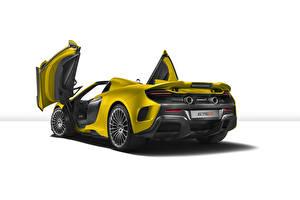 Fotos McLaren Gelb Hinten Weißer hintergrund 675LT Spider Autos