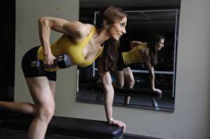 Bilder Fitness Hantel Spiegel Braune Haare Spiegelung Spiegelbild Trainieren sportliches
