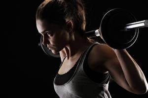 Fotos Fitness Hantel Unterhemd Schwarzer Hintergrund Körperliche Aktivität Sport Mädchens