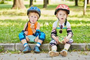 Hintergrundbilder Junge Kleine Mädchen 2 Helm Sitzen Kinder