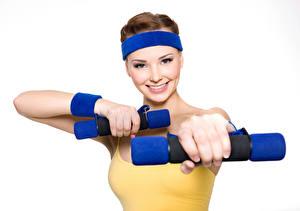 Bilder Fitness Braunhaarige Lächeln Hand Hantel Weißer hintergrund Mädchens Sport