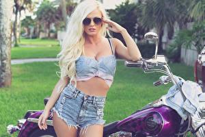 Bilder Aida Ridic Harley-Davidson Blond Mädchen Shorts Brille Mädchens Motorrad