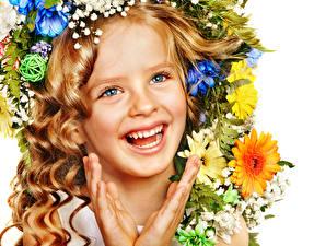 Hintergrundbilder Gerbera Kleine Mädchen Dunkelbraun Gesicht Lächeln Weißer hintergrund Lachen kind