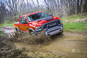 Fondos de escritorio Dodge Rojo Metálico Movimiento Barro Salpicaduras 2016 Mopar 16 Ram 1500 Rebel Crew Cab autos